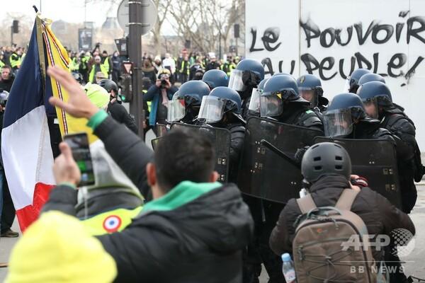 仏「黄ベスト」デモ13週目、男性1人が指4本失う重傷 「閃光弾の一種」が破裂か
