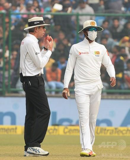 インド大気汚染、マスク着用でクリケット国際試合 嘔吐する選手も