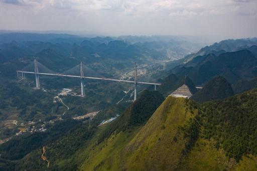 世界最高のコンクリート斜張橋「平塘特大橋」橋桁つながる 貴州