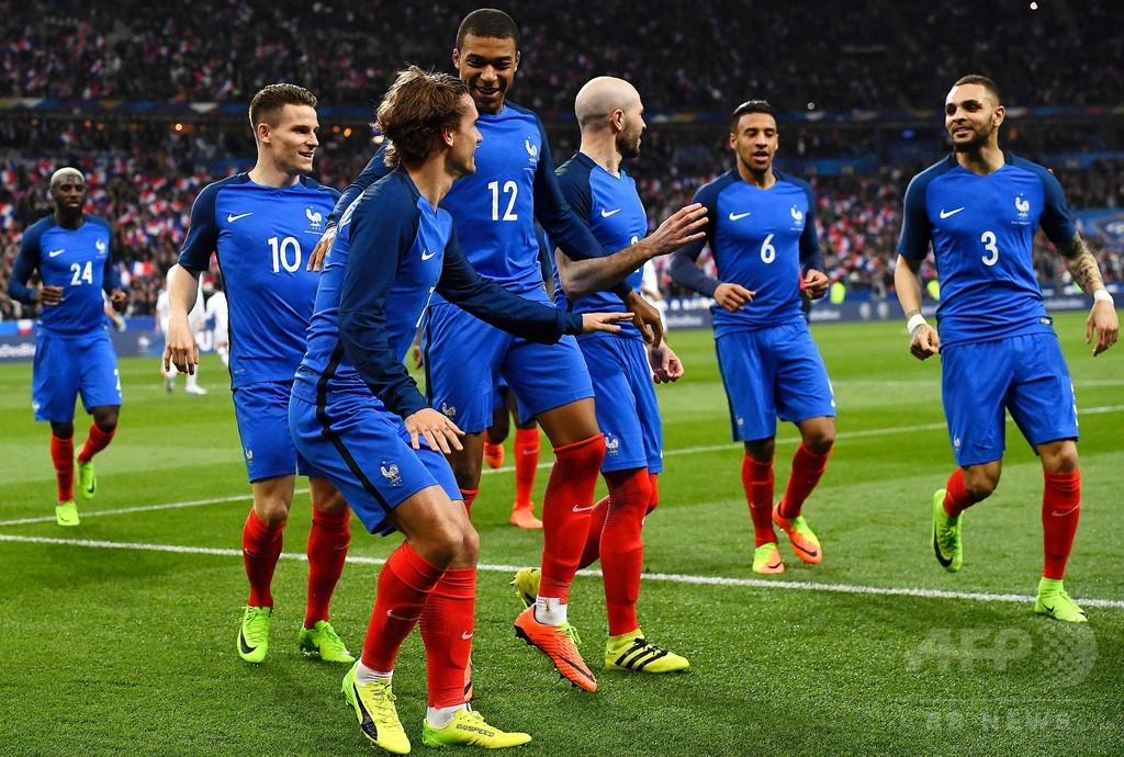 ビデオ判定は「フェアだがサッカーの魅力は減る」、試験導入で賛否