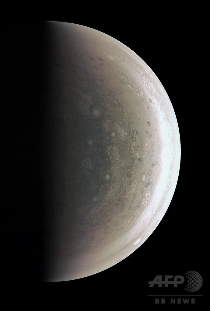 木星の鮮明画像、無人探査機ジュノーが初撮影