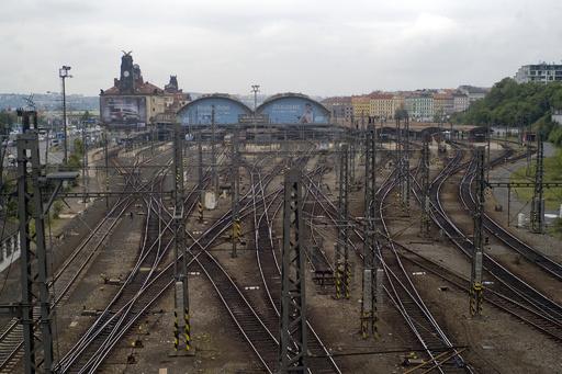 列車衝突させイスラム教徒の犯行と偽装、70歳男を逮捕 チェコ