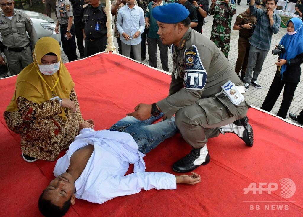 婚前交渉で公開むち打ちのインドネシア男性、執行中に失神