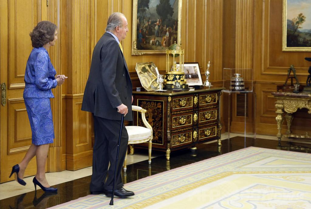 スペイン議会、国王退位を承認 新国王即位へ
