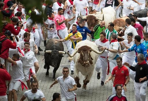 「サン・フェルミン祭」の牛追い始まる、早くも米国人ら3人負傷 スペイン