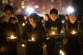 南京事件80年を前に学生らがろうそく集会、中国