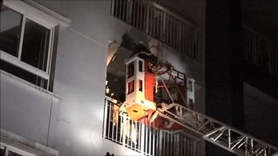 動画:ベトナム高層マンションで火災、上層階に延焼 13人死亡