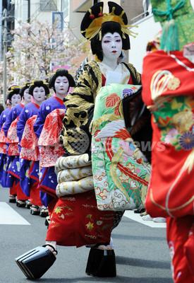 浅草の「おいらん道中」 写真3枚 国際ニュース:AFPBB News