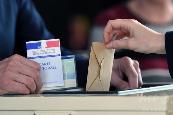 フランス大統領選、投票始まる 主要4候補が接戦