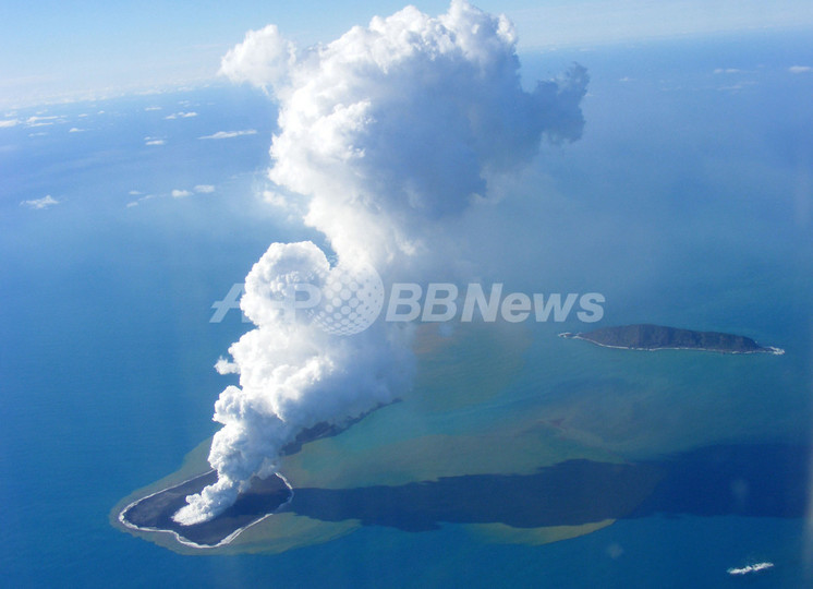 トンガの海底火山噴火、自然豊かな付近の小島が荒れ地に