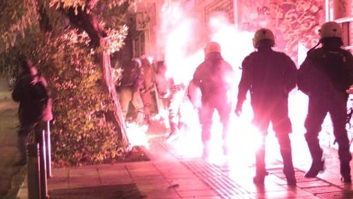 動画:9年前に警官に殺害された少年を追悼、抗議デモに火炎瓶 ギリシャ