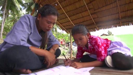 動画:スラウェシ島地震から半年、子ども数千人が依然避難生活