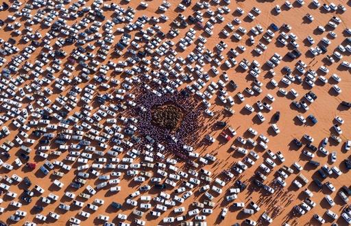 ひしめくラクダ…囲む人と車 サウジで恒例のフェスティバル