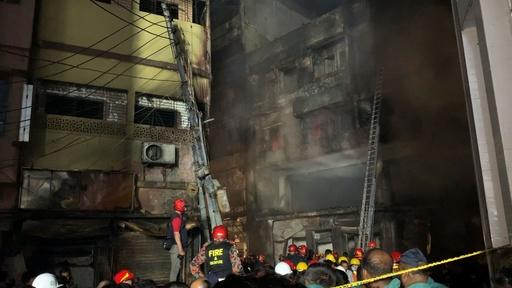 動画:バングラデシュ首都で大規模火災、56人死亡 化学製品に引火か 現場の映像