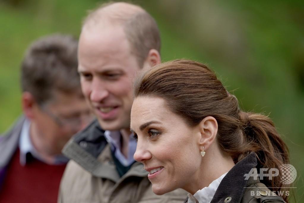 英ウィリアム王子夫妻の先導バイクが高齢女性はねる、骨盤折る重傷