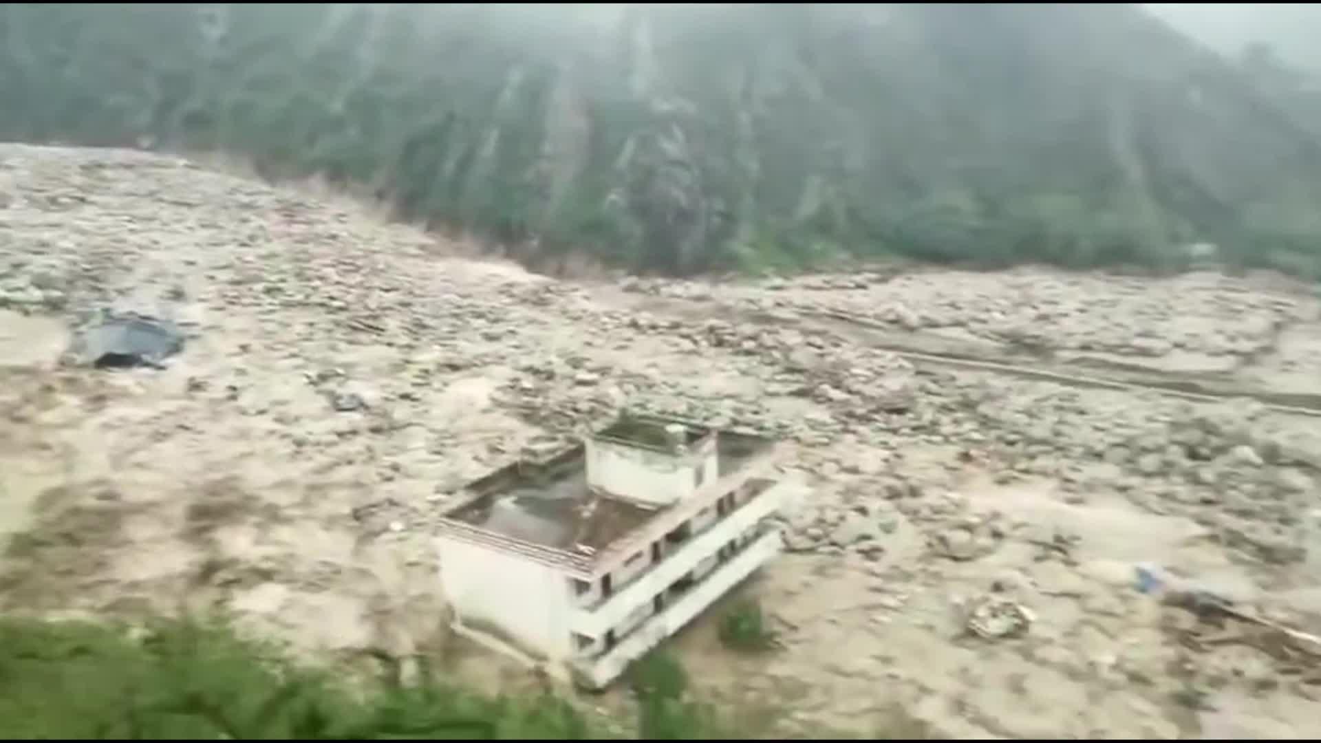 動画:強い雨で山崩れが発生、一部道路が通行止め 四川省