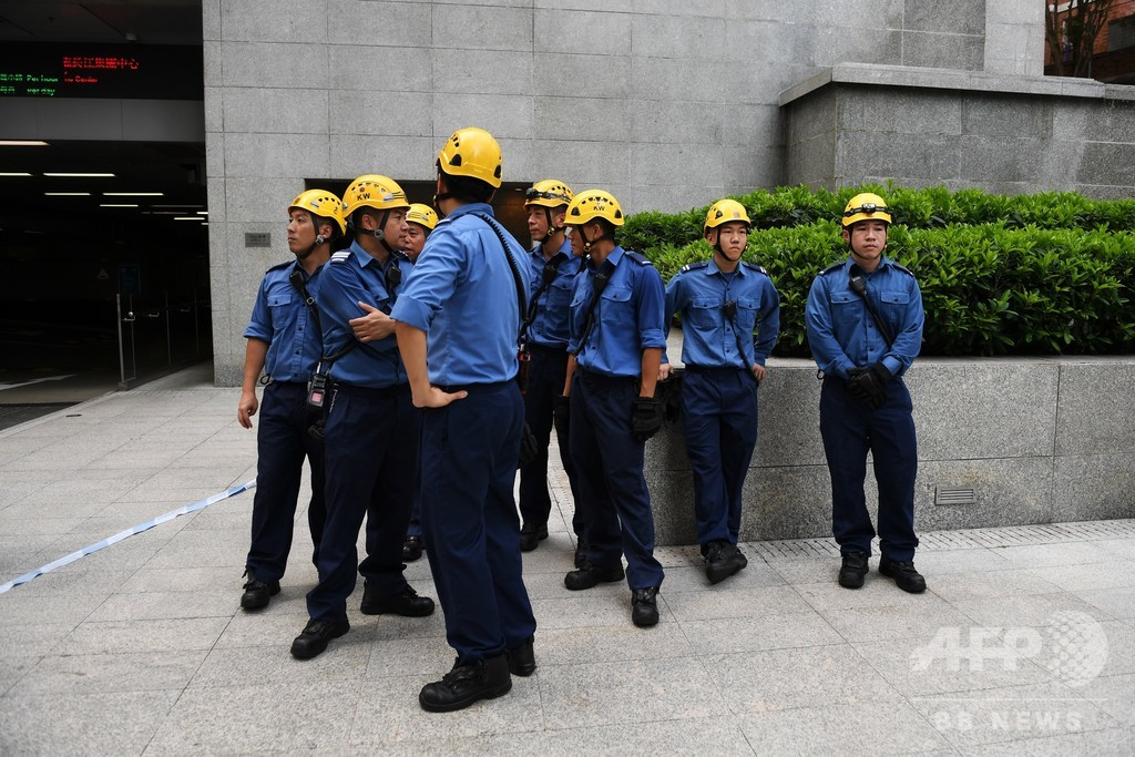 仏スパイダーマン、混乱の香港で高層ビルから「平和」訴える