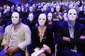 白いマスクだらけ 無地のたばこ包装に反対 仏パリで集会