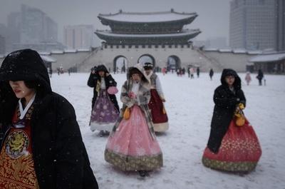 【今日の1枚】ここでも人気、伝統的衣装で観光地巡り 雪の景福宮