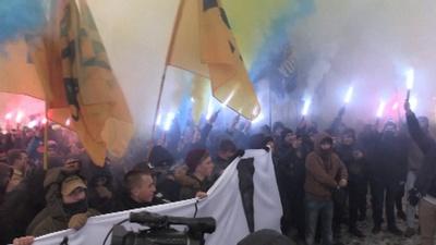 動画:ウクライナ艦船拿捕でロシアに抗議、国家主義者らがデモ キエフ