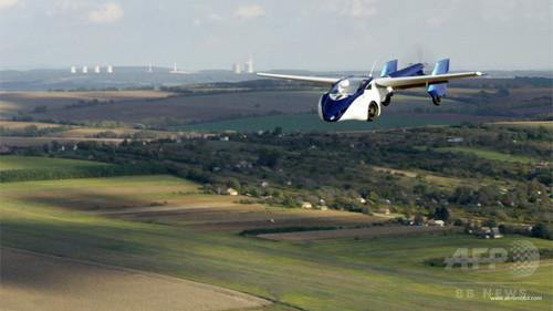 空飛ぶ車「AeroMobil」、モーターショーに登場