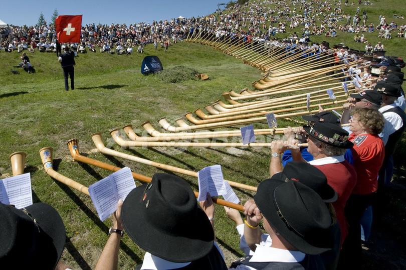 スイス・アルプホルンのコンテスト、120人の合同演奏で閉幕