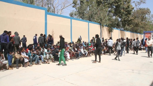 動画:移民ら数千人が収容所に足止め、リビア首都の戦闘で