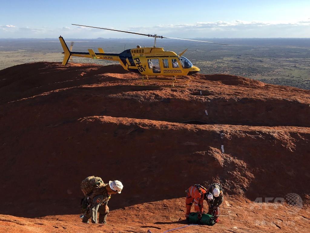 巨大一枚岩ウルル、クレバスで遭難の男性3人救出 豪