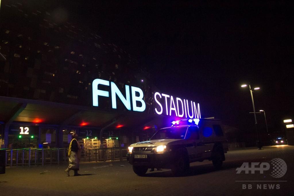 W杯開催のサッカースタジアムで人混みに押しつぶされ2人死亡、南ア