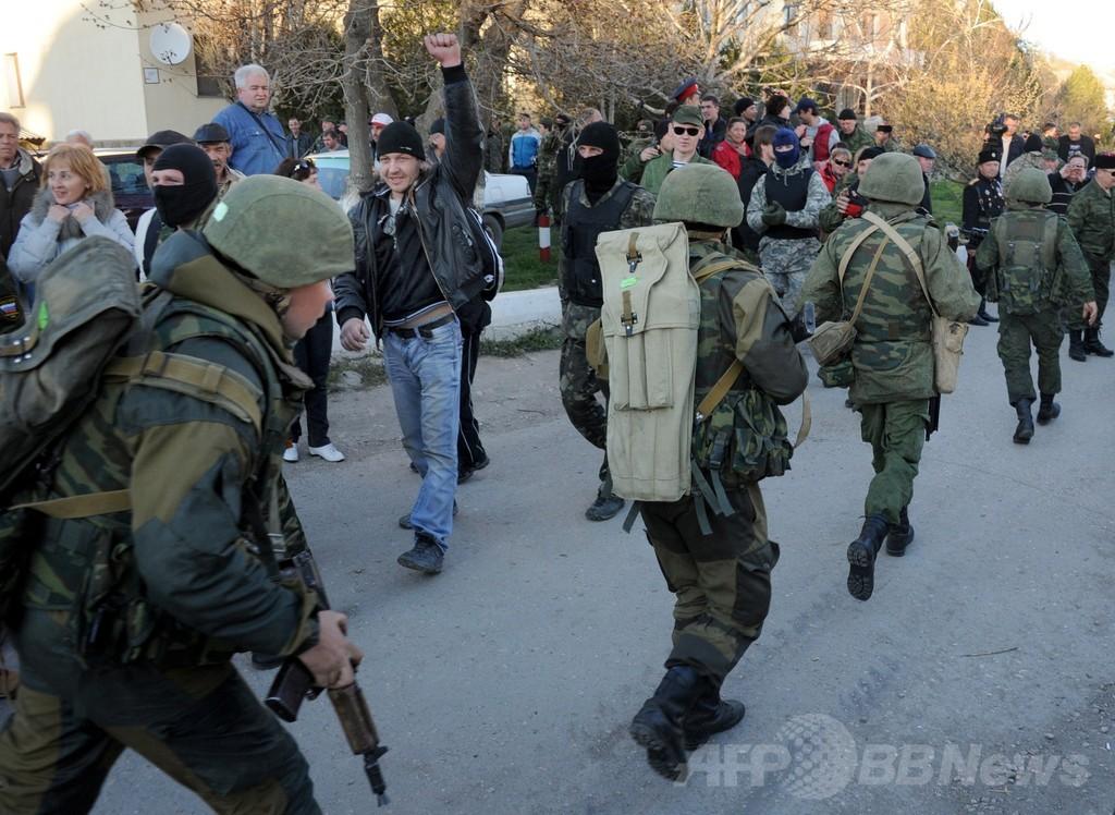 クリミアのウクライナ空軍基地をロシア軍が制圧、2人負傷