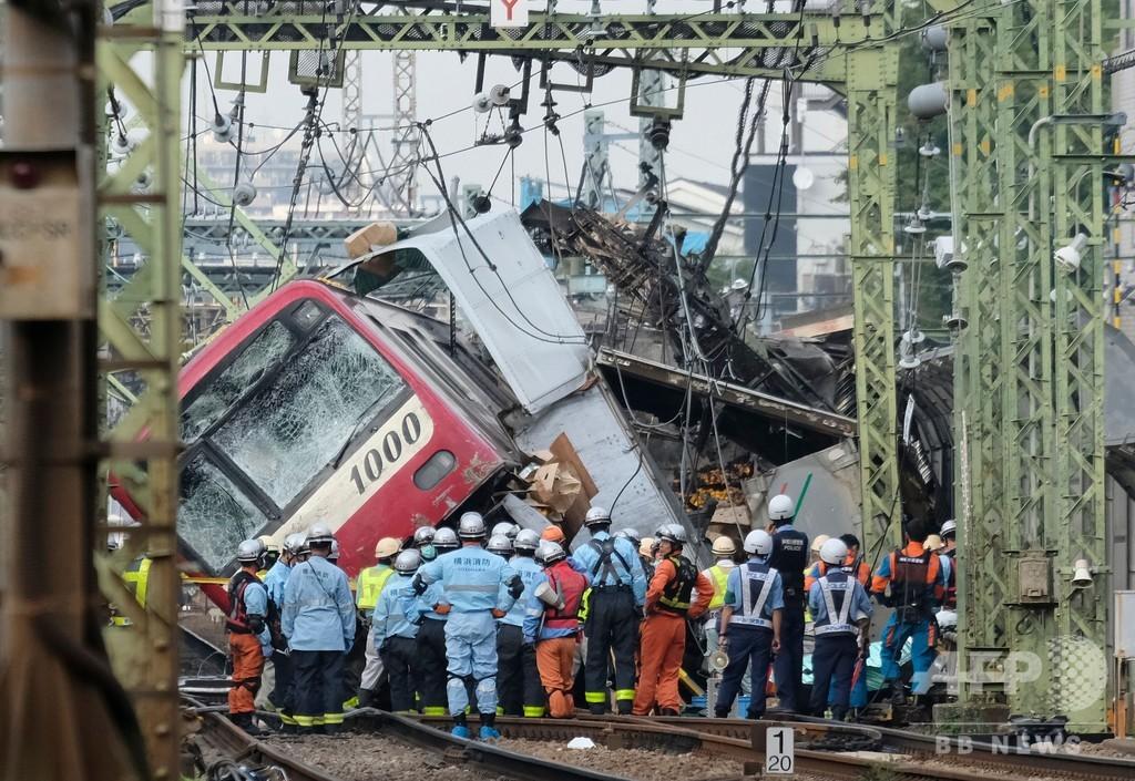 京急・電車とトラックが衝突 1人死亡、約30人負傷