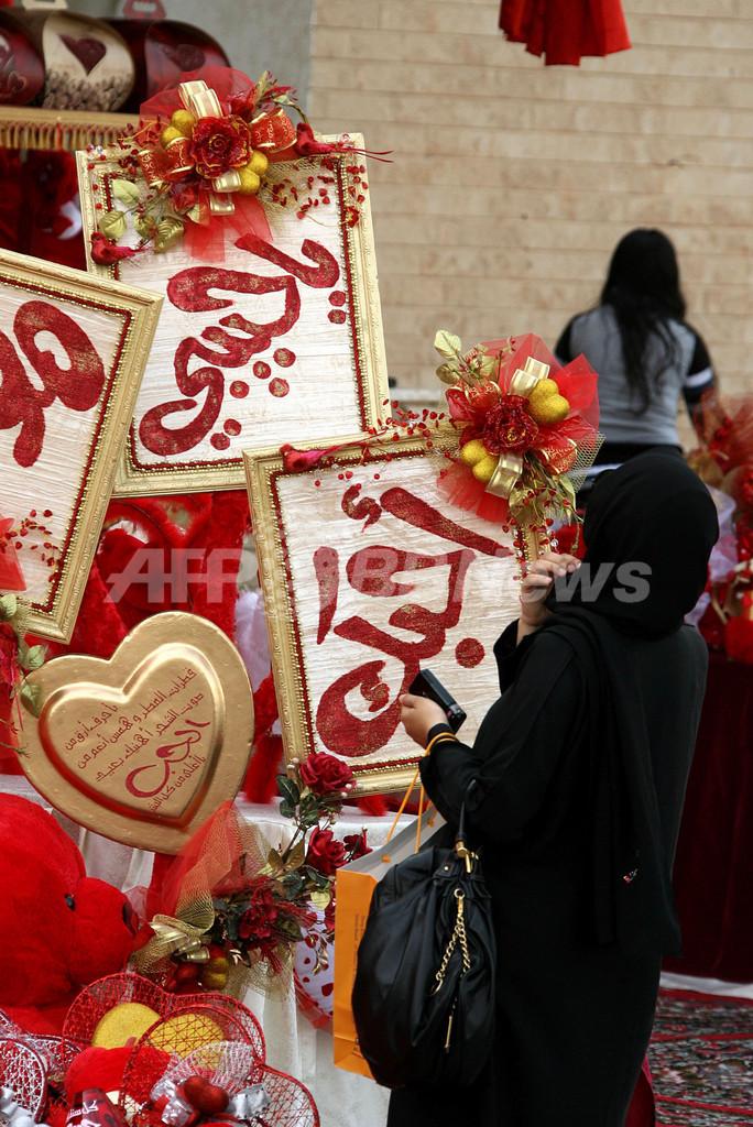 バレンタインデーに向け買い物客でにぎわうクウェート市