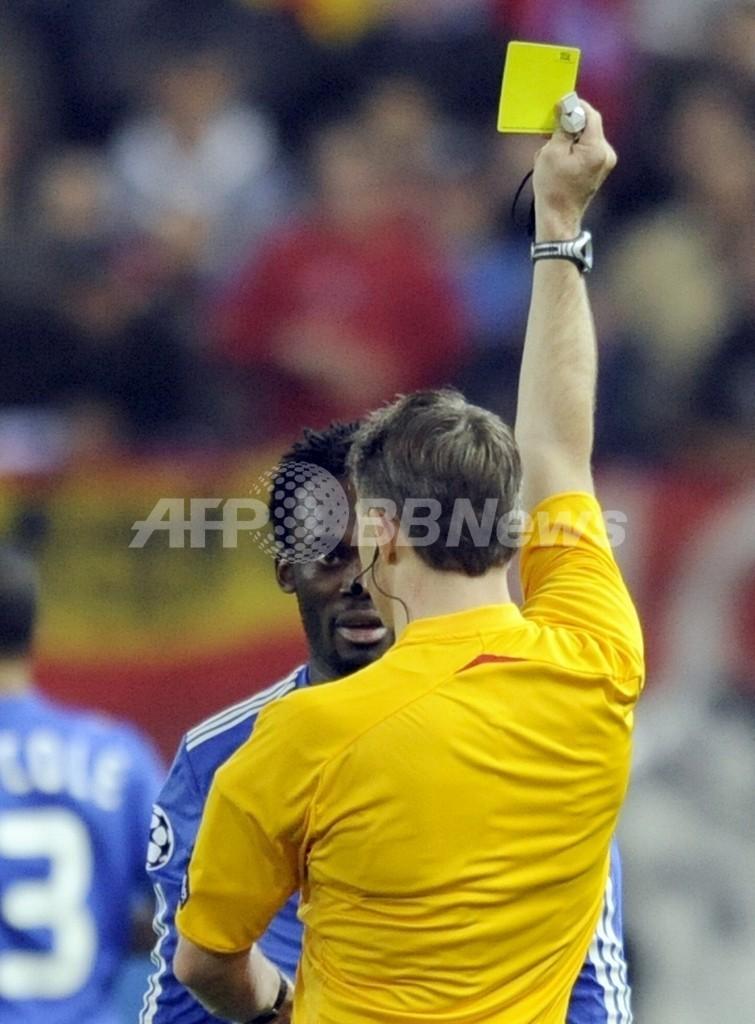 サッカーの試合中にネコを助けて「イエローカード」、クロアチア