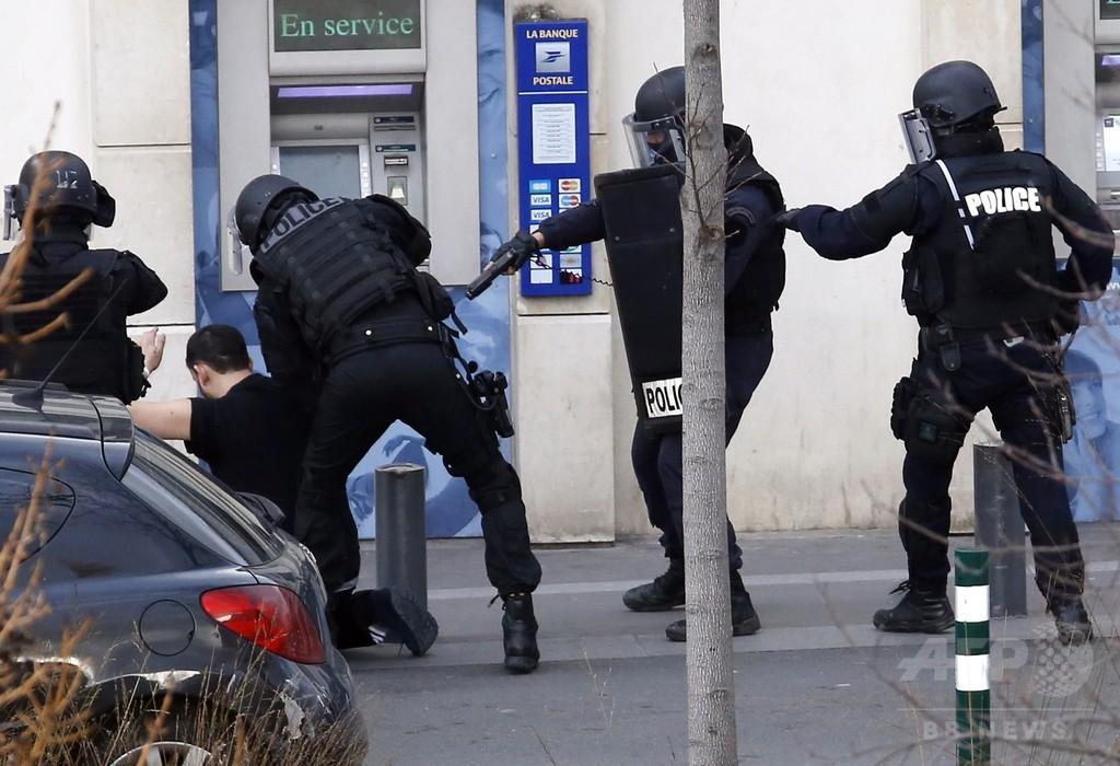 パリ郵便局で武装男が人質取り立てこもり、警察に投降