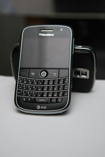 NYで新型携帯「ブラックベリー・ボールド」発表パーティ、マギー・ギレンホールら祝福