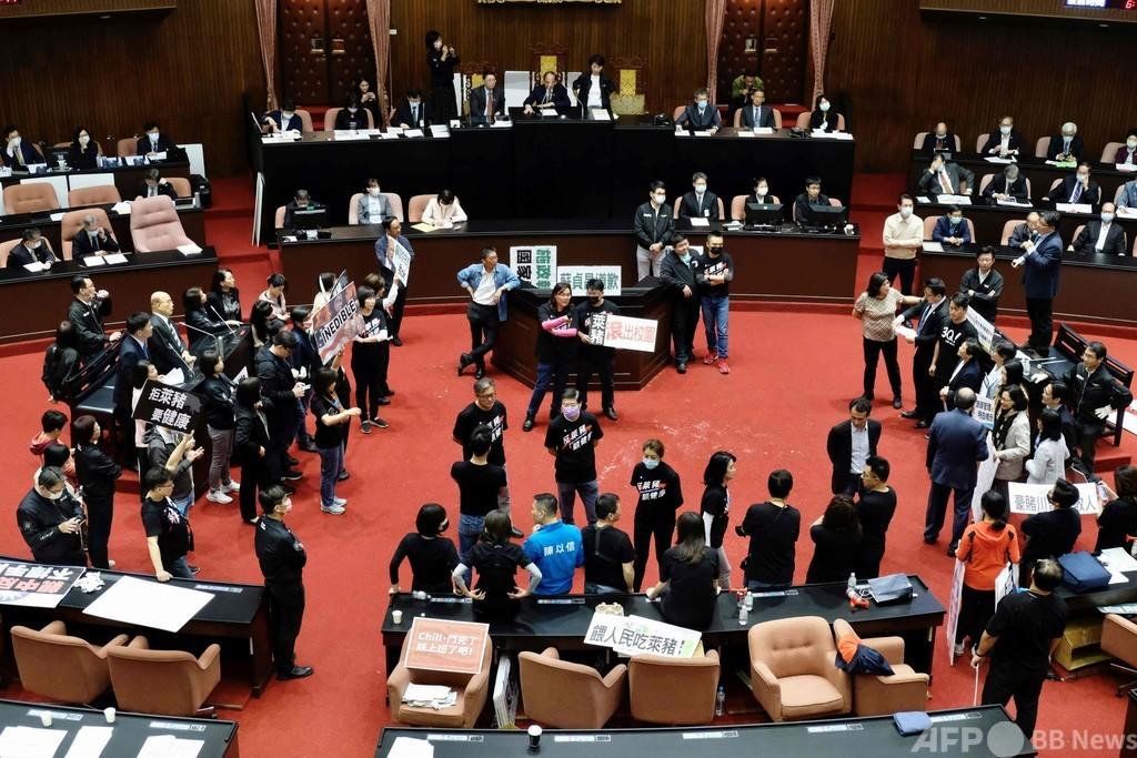 台湾議会で豚の内臓飛び交う、米国産豚肉の輸入解禁に野党反発