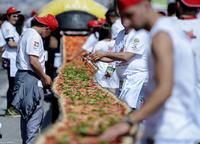 1.8キロメートルの世界最長ピザ、ギネス新記録 伊ナポリ