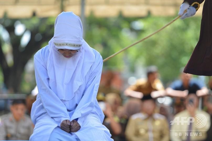公の場で恋人といたのが理由、男女に公開むち打ち刑 インドネシア