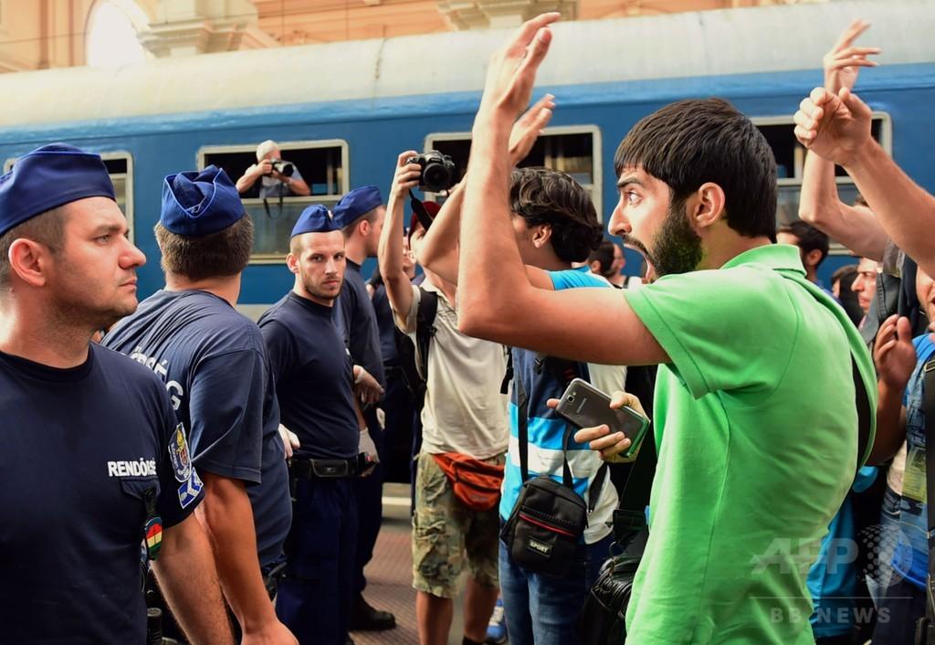 ブダペスト東駅で退去命令、駅を出た難民らデモ ハンガリー