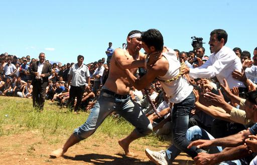 裸の若者が傷だらけに、トルコ・ディジレの「むち祭り」