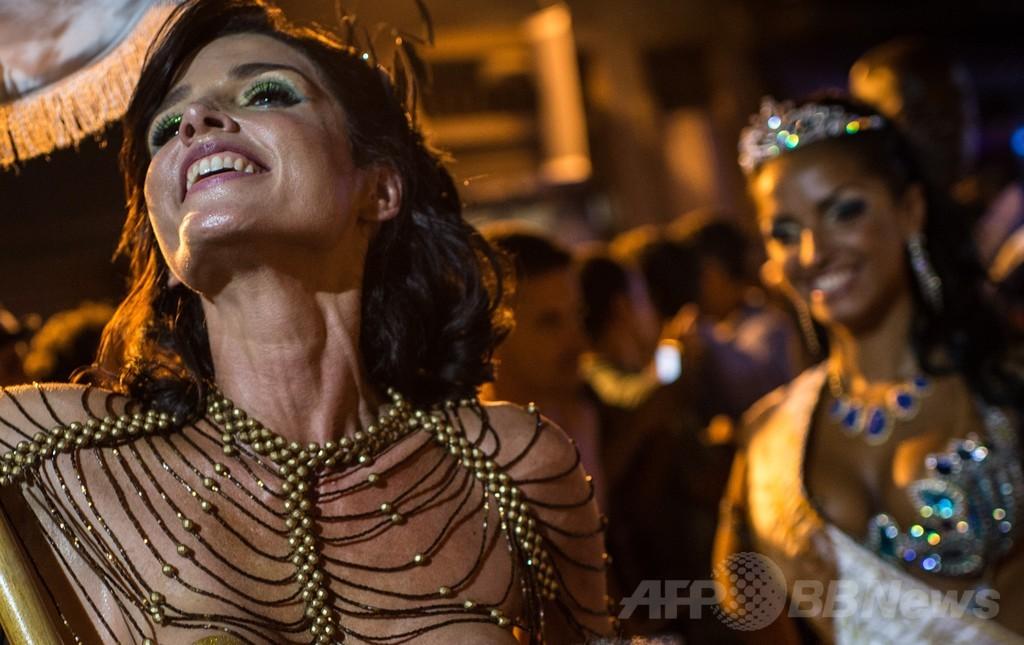 待ちきれない!リオのカーニバル前夜祭でトップレスパレード