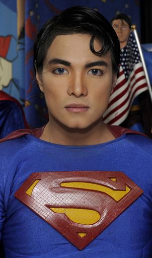 美容整形であこがれのスーパーマンになったデザイナー、フィリピン