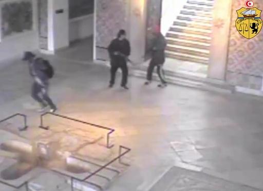 チュニジア襲撃事件、「第3の容疑者が逃走中」