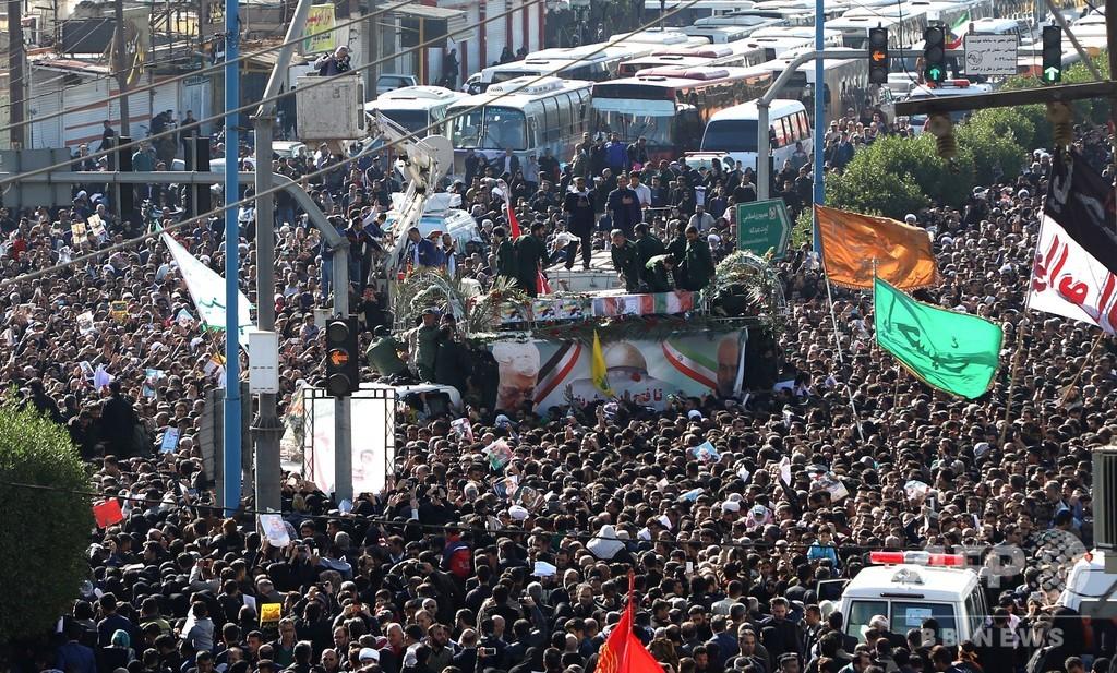 殺害されたイラン司令官らの遺体、母国に到着 大勢が追悼行進