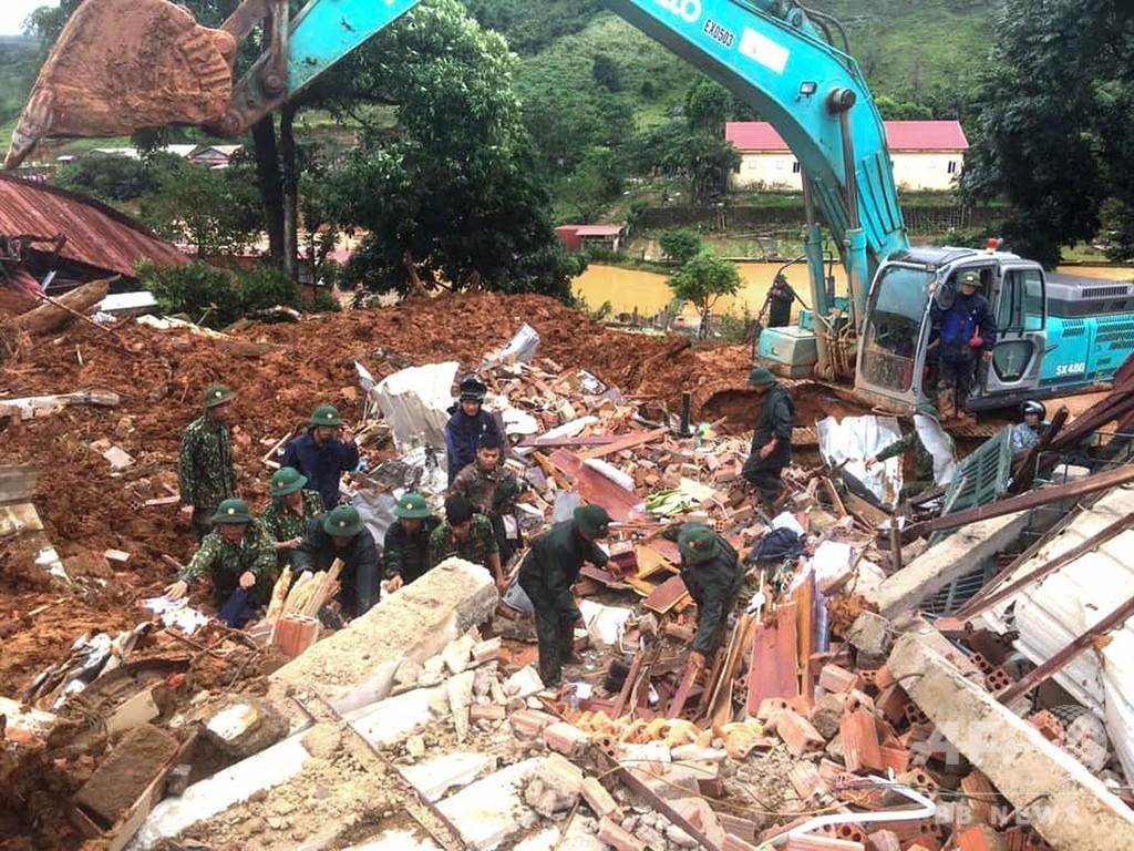 軍施設で土砂崩れ、11人死亡 行方不明者の捜索続く ベトナム