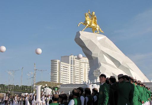 トルクメニスタン、金色の大統領像を公開