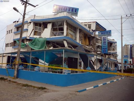 エクアドル沖でM5.7の地震、3人死亡 建物も甚大な被害