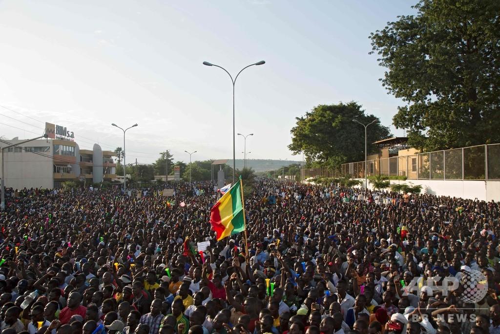 マリ首都で大規模集会、大統領失脚を祝福 反政府運動から一転