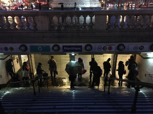 仏スト5日目、通勤客の足に混乱 マクロン政権正念場の週に