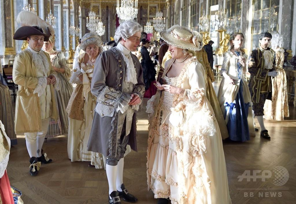 ルイ14世没後300年を記念するイベントの様子。17世紀フランスというと、漫画や映画で見覚えのある、この衣装の時代の話です。